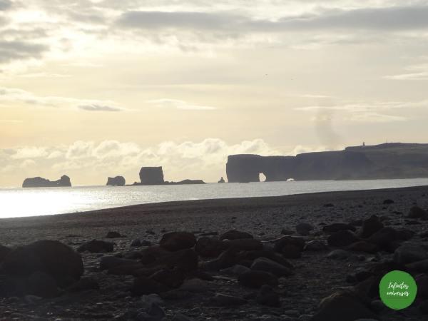 Arco de Dyrhólaey Vik islandia Qué ver en Vik: acantilado Dyrhólaey y la playa de arena negra Reynisfjara