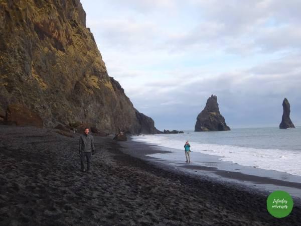 Playa de arena negra Reynisfjara Vik islandia Qué ver en Vik: acantilado Dyrhólaey y la playa de arena negra Reynisfjara