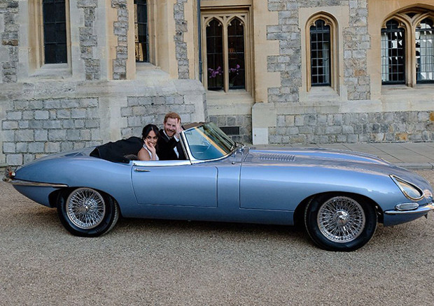 Harry e Meghan, dopo il Royal Wedding fuggono in Jaguar E-Type elettrica