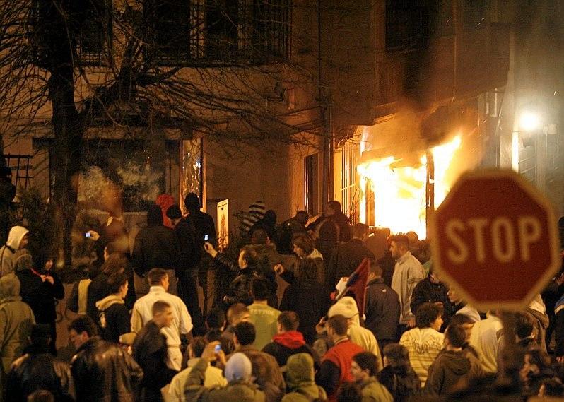 Обвиняемых в поджоге посольства США в Сербии не стали жестко наказывать