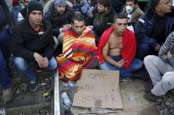 Мигранты-беженцы из Ближнего Востока зашили себе рты в знак протеста