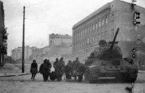 Советский танк Т-34-85 прикрывает эвакуацию раненых в разгар боев за Белград.