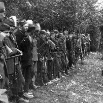Бойцы Народно-освободительной армии Югославии получают приказ о начале наступления на Белград.