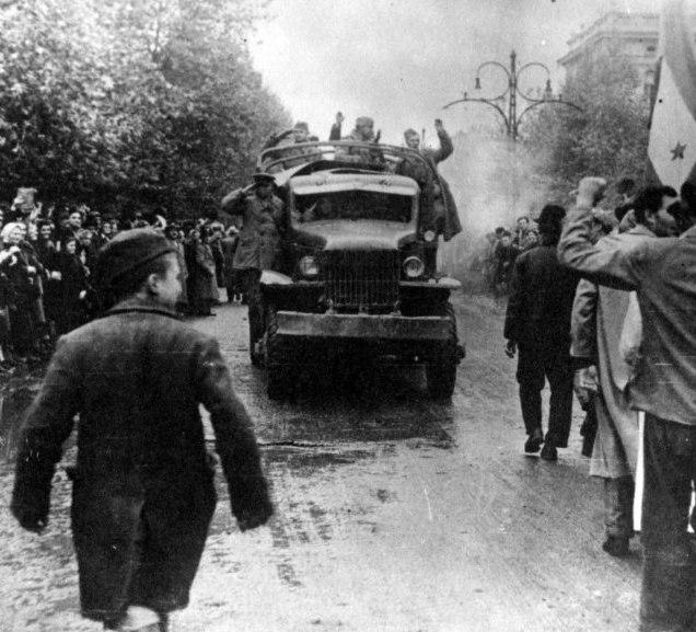 Вход колонны войск советского 4-го мехкорпуса в Белград.