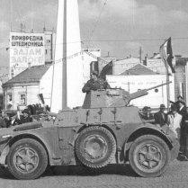 Бронемашина НОАЮ АВ 43 на улице освобожденного Белграда.