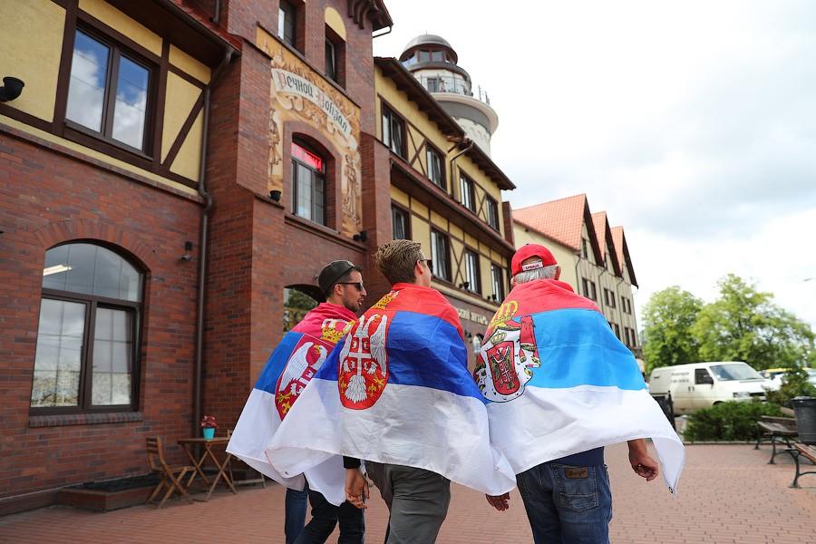 Калининград: Сербские фанаты скандировали «Косово — сердце Сербии» в центре города