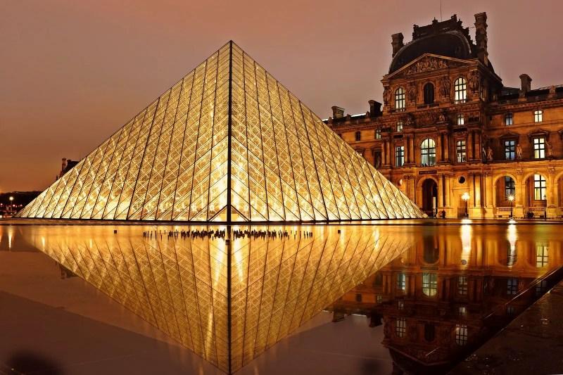 Лувр Пирамида Париж