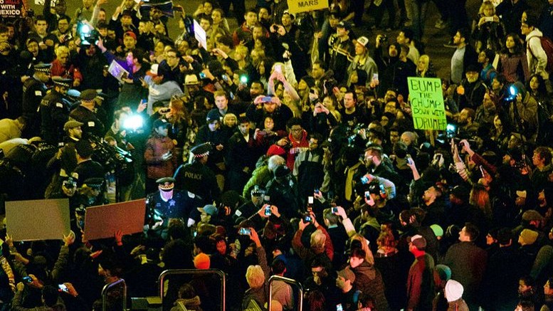 Anti-Trump-Proteste in Chicago By nathanmac87 [CC BY 2.0], via Wikimedia Commons
