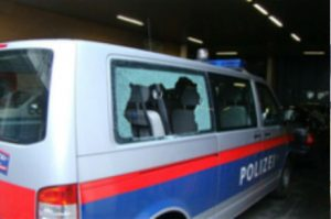 """Die Polizei als häufiger Opfer im Umfeld von """"Offensive gegen Rechts""""-Demos."""