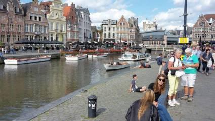 Menschen am Kanal von Gent