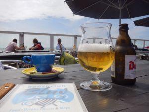 Szene Strandpavillion Zoutelande Getränke auf Tisch