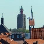 Über den Dächern von Westkapelle mit Kirchtürmen und Leuchtturm