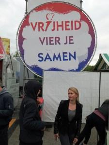Junge Frau beim Eingang eines Festivals in Vlissingen