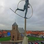 Skulptur Marathonläufer vor Kirche Zoutelande