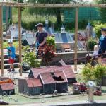 Eltern mit zwei kleinen Kindern gehen durch Mini Mundi Freizeitpark Middelburg