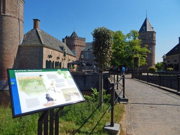 Schloss Westhove Oostkapelle mit Infotafel vor Burggraben