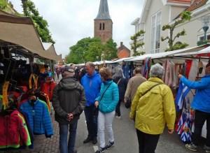 Kunden auf dem Wochenmarkt in Domburg