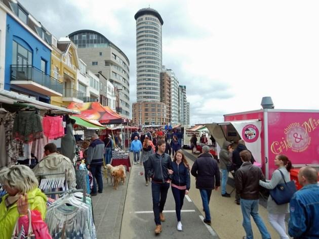 Menschen auf Pfingstmarkt von Vlssingen auf dem Boulevard