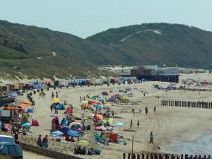 Strand und Dünen von Zoutelande im Sommer mit vielen Badegästen