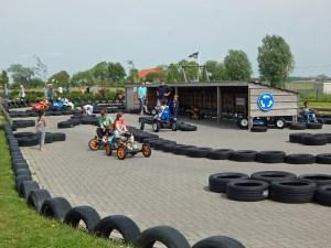 Kinder in GoKart auf Spielplatz von Serooskerke