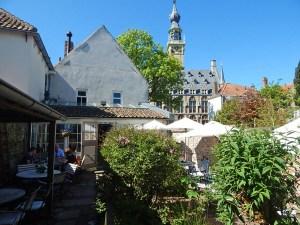 Rathaus Veere von einem Gartenlokal gesehen