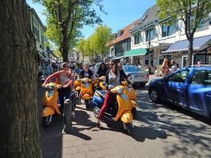 Junge Leute auf Motorroller in Domburg