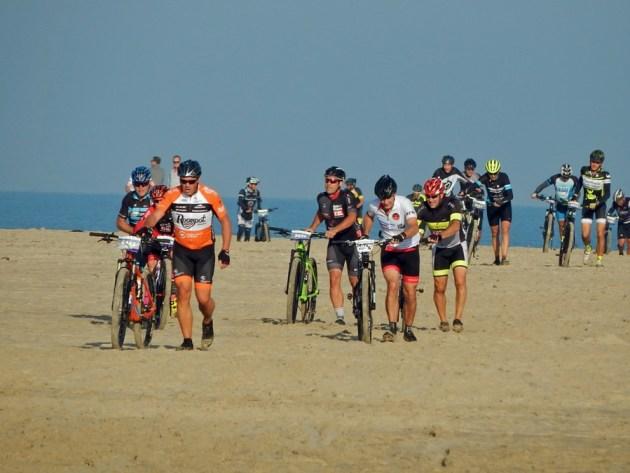 Mountainbiker beim Kustmarathon 2018 am Strand