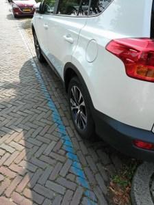 Autodetail in Parkzone mit blauer Linie