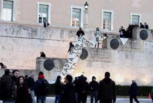 Fanoušci sportovního klubu AEK demonstrují na podporu kláštera Esfigmenou.
