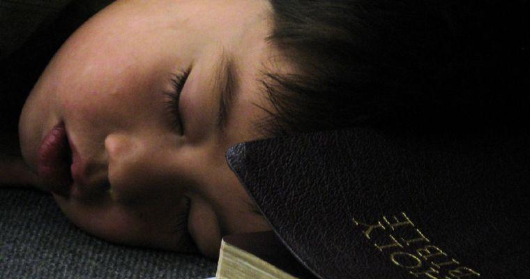 Věřícím se lépe spí, tvrdí američtí vědci