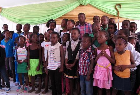 Kinder singen in der festlich geschmückten Halle