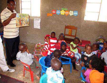 Die Kinder hören eine biblische Geschichte