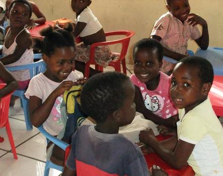 Die Kleinen vom Kindergarten warten auf das gemeinsame Programm