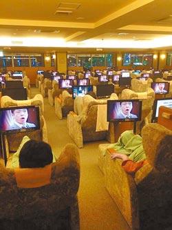 你半澤了嗎  半澤直樹最後一集播出時,在日本某三溫暖的休息室裡,幾乎每個人都在看,可見其夯的程度。