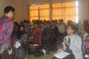 Salah satu peserta Workshop berinteraktif dengan Dr. H. Mukhshon Nawawi, MA