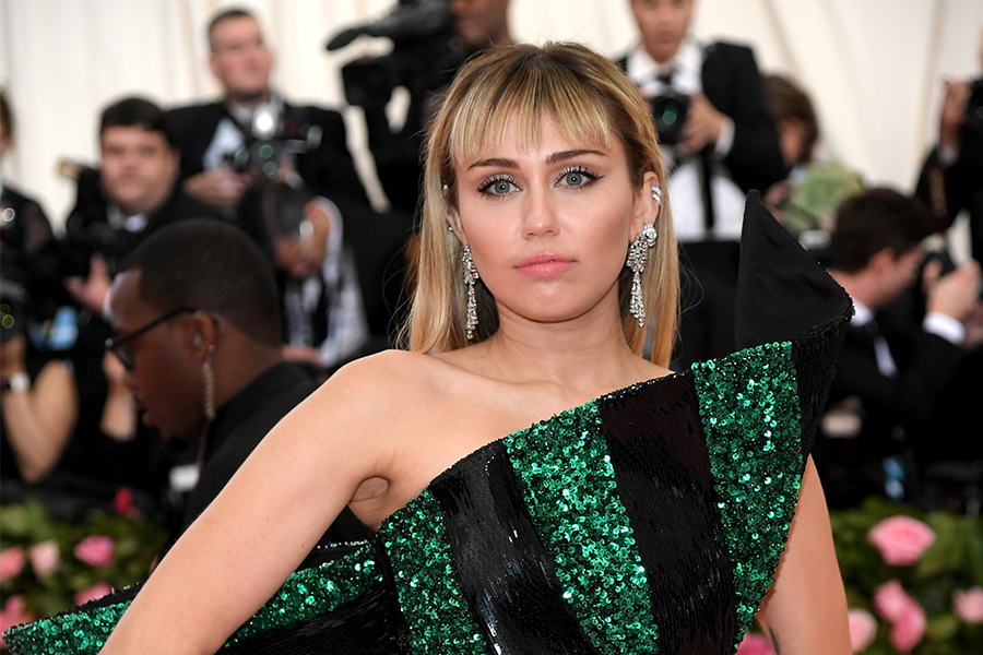 Miley Cyrus revolutionizes her fans by texting them