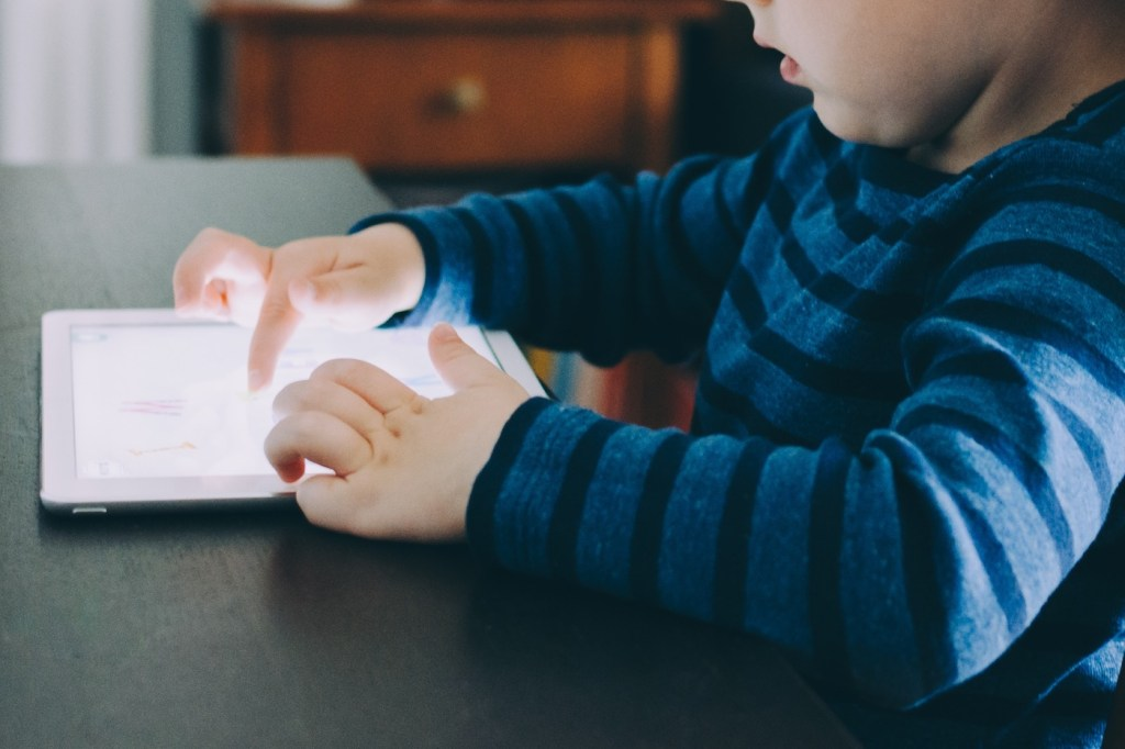 Six-year-old spends $ 16,000 on mom's iPad