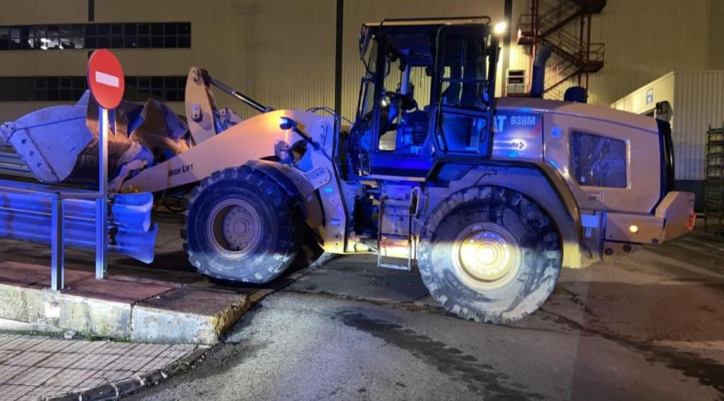 He steals an excavator and sneaks into the field of the Mercedes-Benz factory causing millions of euros in damage