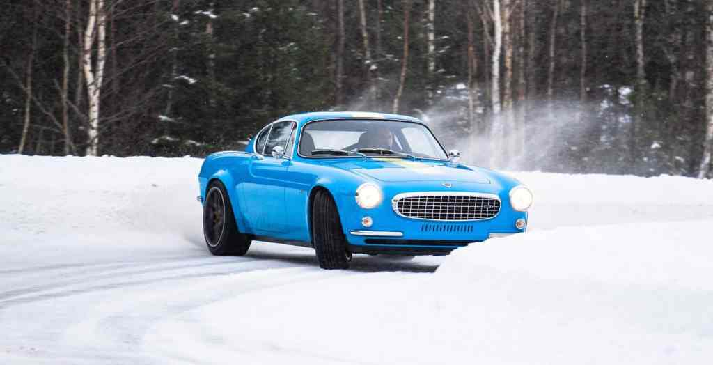 less than 1000 kg, sixties design, 420 hp and lots of snow