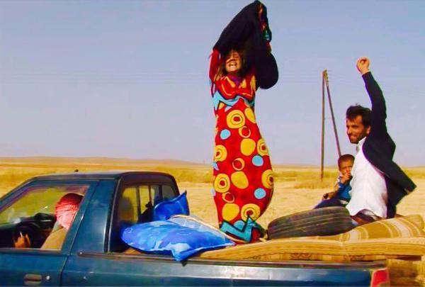 Des femmes fêtent leur libération de Daesh en arrachant leur burqa