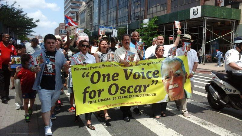 """NYK13. NUEVA YORK (NY, EE.UU.), 30/05/2015.- Los congresistas estadounidenses Nydia Velázquez (2-i), José Serrano (c), y Melissa Mark Viverito (3-i) participan en la manifestación para pedir al presidente de EE.UU., Barack Obama, la excarcelación del independentista puertorriqueño Óscar López Rivera, quien cumple 34 años de cárcel, hoy, sábado 30 de mayo de 2015, en Nueva York (NY, EE.UU.). """"El presidente Obama tiene que entender que este es uno de los temas más importantes que une a los puertorriqueños, que no vamos a bajar la presión"""", dijo a Efe la congresista Nydia Velázquez, una de las participantes en la marcha. EFE/Ruth Hernández"""
