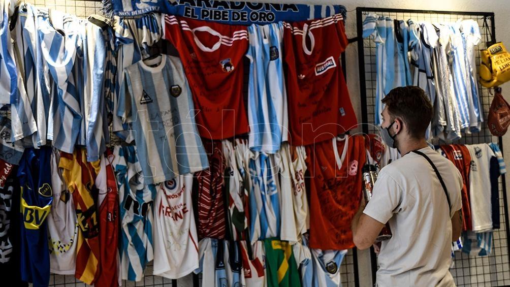 Maradona sigue viviendo en La Paternal.