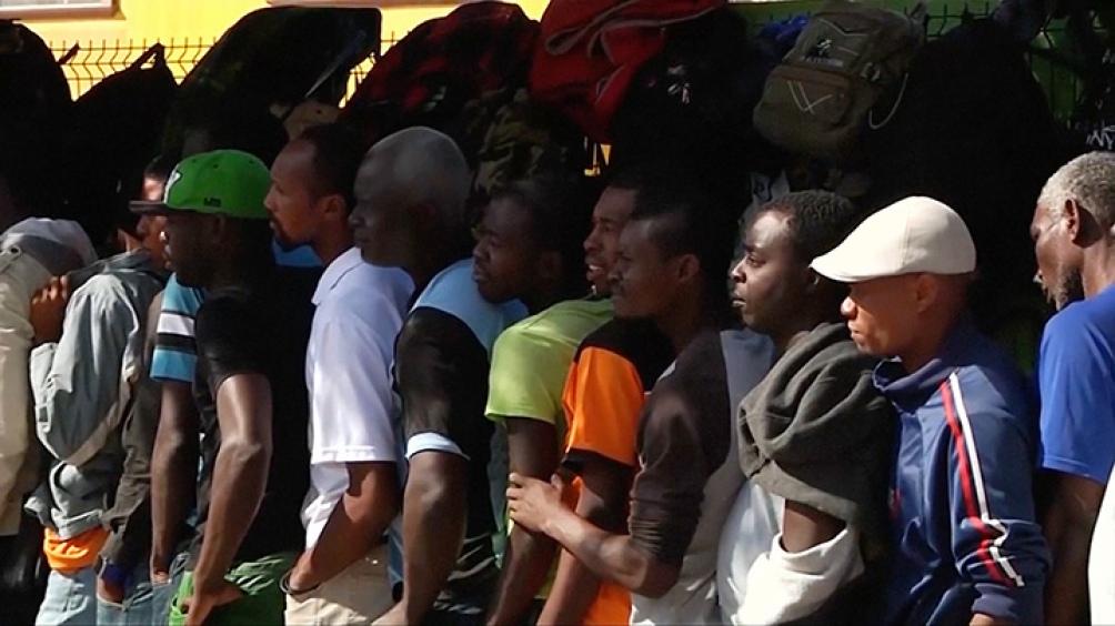 El servicio de vigilancia fronteriza de Estados Unidos embistió contra el masivo flujo de migrantes que buscaban entrar ilegalmente y el Gobierno comenzó a enviar el fin de semana aviones llenos de ciudadanos haitianos de regreso a su país.