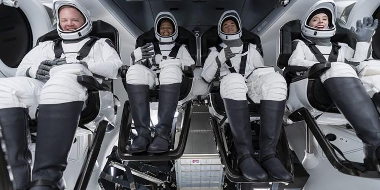 por primera vez cuatro astronautas no profesionales orbitaran alrededor de la tierra