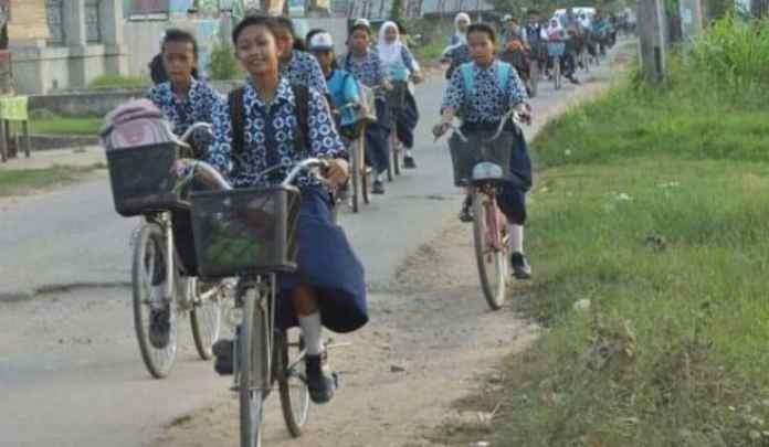 Ilustrasi pelajar yang pergi sekolah naik sepeda