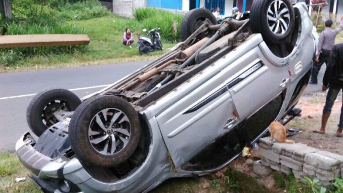 Kecelakaan Mobil Terbalik