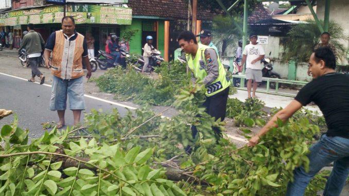 Anggota Polsek Talun dan Masyarakat Gotong Royong Menebang Pohon