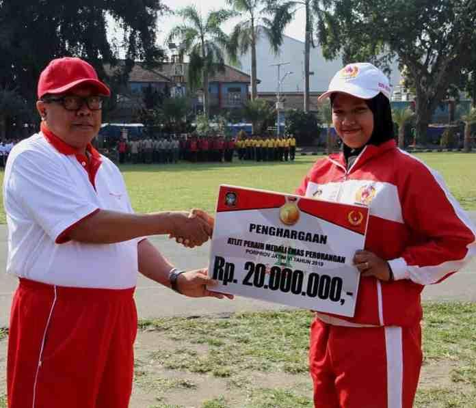 Plt Walikota Blitar beri penghargaan pada atlet berprestasi