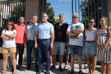 Decenas de personas se han concentrado en las puertas del colegio Francisco García Amo para pedir el regreso de un aula de infantil y dos de primaria.