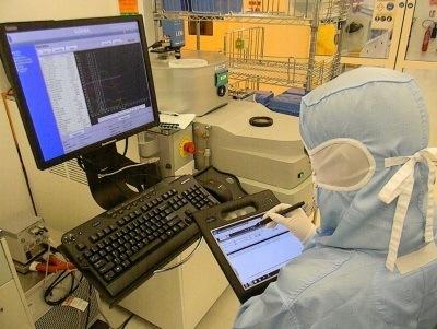 Un opérateur utilisant le logiciel de suivi de production Check'n Go, société Tronics Microsystems